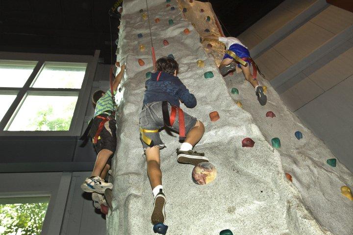 wall-climbing-the-castle-fun-center